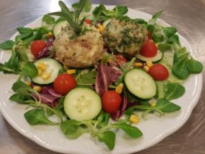 Knodel auf Salatbeet
