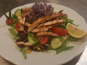 Salatplatte mit Truthahnstreifen
